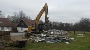 Bagger beim Abriss Gebäude im Kohl